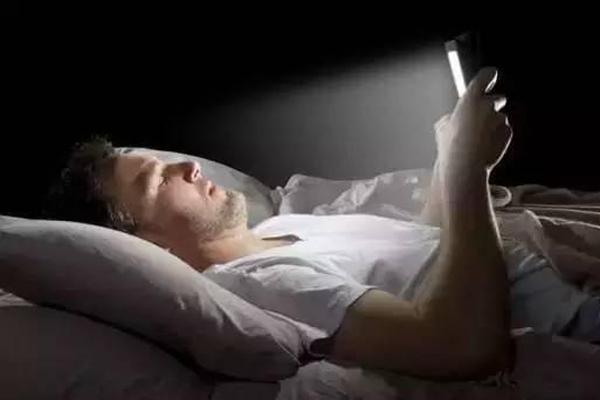 睡觉前玩手机,到底会不会伤眼睛?