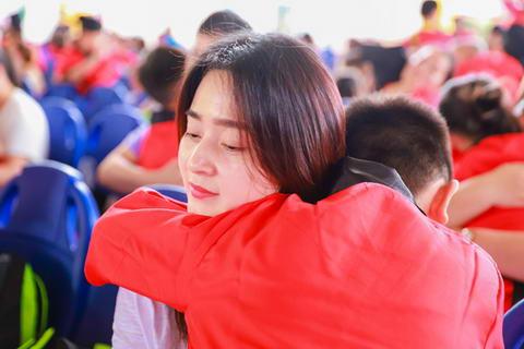 拥抱比言语更能安慰娃