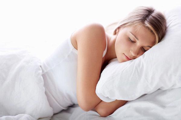 女人在晚上睡觉前该如何保养肌肤