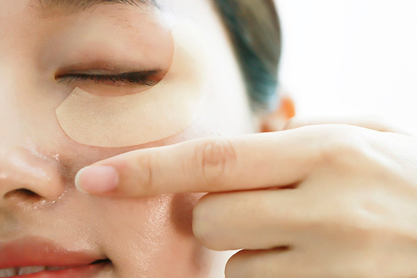 眼袋形成的原因有哪些呢?